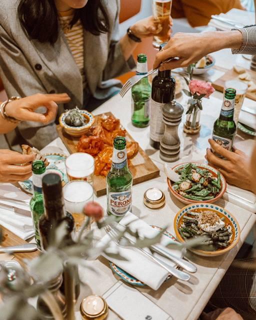 Italiensk aperitivo med olika snacks och dryck