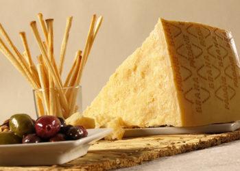 Den italienska osten Grana Padano italiensk aperitivo