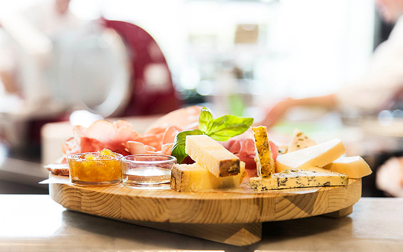 bricka med italienska ostar och charkuterier